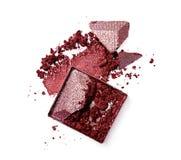 Abstrich des zerquetschten purpurroten Lidschattens als Probe des kosmetischen Produktes Stockfotos