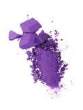 Abstrich des zerquetschten purpurroten Lidschattens als Probe des kosmetischen Produktes Stockfotografie