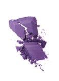 Abstrich des zerquetschten purpurroten Lidschattens als Probe des kosmetischen Produktes Lizenzfreies Stockbild