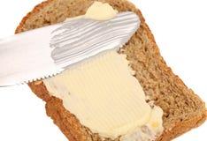 Abstrichbutter auf Brot das Messer. Stockbild