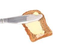Abstrichbutter auf Brot das Messer. Stockfotos