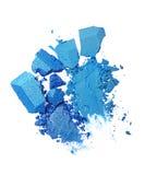 Abstriche von zwei zerquetschten blauen Lidschatten als Probe des kosmetischen Produktes Stockbild