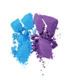 Abstriche von zwei zerquetschten blauen und violetten Lidschatten als Probe des kosmetischen Produktes Lizenzfreies Stockbild
