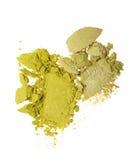 Abstriche von zwei zerquetschten grünen Lidschatten als Probe des kosmetischen Produktes Lizenzfreie Stockfotos