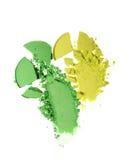 Abstriche von zwei zerquetschten grünen Lidschatten als Probe des kosmetischen Produktes Lizenzfreie Stockbilder