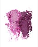 Abstriche von zwei zerquetschten purpurroten Lidschatten als Probe des kosmetischen Produktes Stockfotos