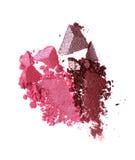 Abstriche von zwei zerquetschten rosa und purpurroten Lidschatten als Probe des kosmetischen Produktes Stockfotos