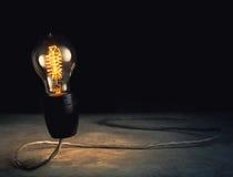 abstrract helle Glühlampe, die mit schwarzem Hintergrund, ligh steht Stockbilder