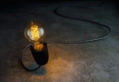 abstrract helle Glühlampe, die mit schwarzem Hintergrund, ligh steht Lizenzfreies Stockfoto