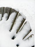 Abstrractbeeld van sneeuw behandelde adirondack stoelrug Stock Fotografie