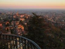 Abstufung der Sonnenuntergangnachglut über der unteren Stadt, Ansicht von der oberen Stadt von Bergamo Lizenzfreie Stockbilder
