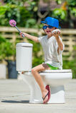 Absurd beeld - schrijlings op een toilet: leuke jongen die in beschermende brillen o zitten stock foto's