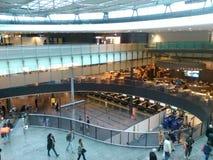 Abtönen-Glas-Brücke, Eingang und Einkaufsviertel, Zürich-Flughafen ZRH Stockfoto