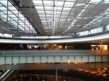 Abtönen-Glas-Brücke im Eingang Hall des Zürich-Flughafens ZRH Lizenzfreies Stockbild