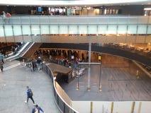 Abtönen-Glas-Brücke im Eingang Hall des Zürich-Flughafens ZRH Lizenzfreie Stockbilder
