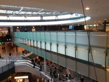 Abtönen-Glas-Brücke mit Passagieren, Zürich-Flughafen ZRH Lizenzfreie Stockfotos