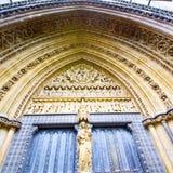 Abtei des rosafarbenen Fensters in der alten Kirchentür Londons und in MA Stockfoto