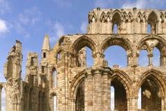 Abtei des whitby und blauen Himmels, Yorkshire, England Stockfotos