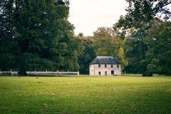 Abtei von Jumieges im Herbst, Ansichtsteinhaus im Park Lizenzfreie Stockfotografie