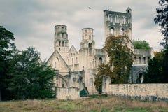Abtei von Jumieges im Herbst, die Ruinen der Kirche und die Laterne ragen hoch Lizenzfreie Stockfotografie
