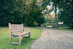 Abtei von Jumieges im Herbst, Holzbank im Park Lizenzfreie Stockfotografie