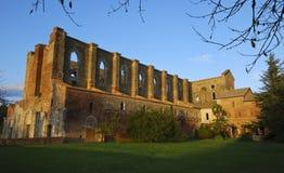 Abtei von San Galgano am Sonnenuntergang Lizenzfreie Stockfotos