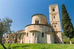 Abtei von Sant'Antimo unter den Hügeln von Toskana, Italien Lizenzfreie Stockfotos