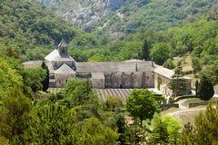 Abtei von Senanque und Berg sättigen sich nahe von Gordes Stockbild