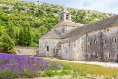 Abtei von Senanque und von Blühen rudert Lavendelblumen Lizenzfreies Stockfoto