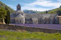 Abtei von Senanque und von Blühen rudert Lavendelblumen Stockbild