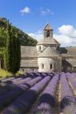 Abtei von Senanque und von Lavendelfeld Stockfotografie