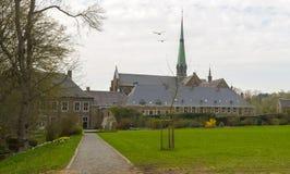Abteikirche unter einem bewölkten Himmel Stockfotos