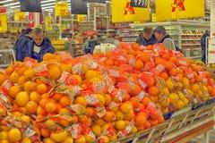 Abteilung mit Früchten Stockfotos