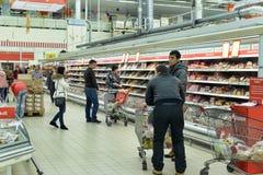Abteilung mit Würsten in einem Supermarkt Stockfotos