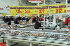 Abteilung mit Würsten in einem Supermarkt Lizenzfreie Stockbilder