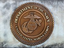 Abteilung Vereinigter Staaten der Marine-Marinekorps-Münze in einer Betonplatte Lizenzfreie Stockfotografie