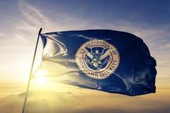 Abteilung Vereinigter Staaten des Staatssicherheitsflaggen-Textilstoffgewebes, das auf den Spitzensonnenaufgangnebelnebel wellena vektor abbildung
