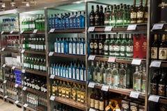 Abteilung von Alkoholen im Dutyfreeshop Stockbilder
