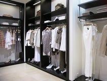 Abteilung von Frauenkleidung und -schuhen Stockfotografie
