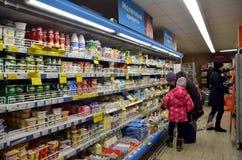 Abteilung von Milchprodukten im Speicher Stockbilder
