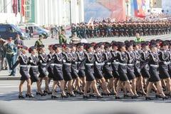 Abteilungs-Militärfrauen auf dem Marsch Stockbild