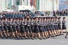 Abteilungs-Militärfrauen in den schwarzen Uniformen auf dem Marsch Lizenzfreies Stockbild