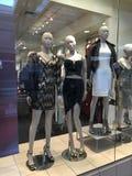 Abteilungseinkaufsspeicher mit Mode Mannequins Lizenzfreies Stockfoto