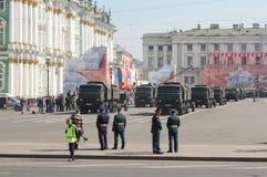 Abteilungsmultifunktionsmilitär-LKWs auf Victory Parade Stockfoto