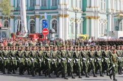Abteilungssoldaten in der grünen Uniform Stockbild