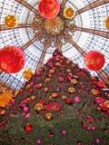 Abteilungsspeicher La Fayette, Paris auf Weihnachtsabend Stockbild