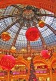 Abteilungsspeicher La Fayette, Paris auf Weihnachtsabend Stockfoto