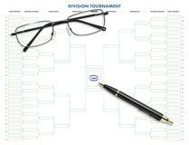 Abteilungsturniertabelle mit Stift u. Brillen Lizenzfreie Stockfotografie