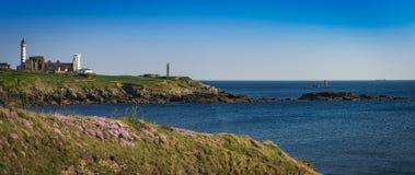 Abteiruine und Leuchtturm, Pointe de Heilig-Mathieu, Bretagne, Frankreich Stockbild