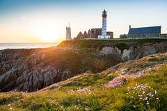 Abteiruine und Leuchtturm, Pointe de Heilig-Mathieu, Bretagne, Frankreich Stockfoto